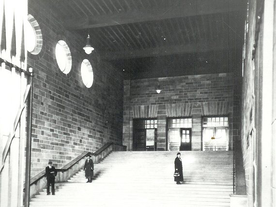 As in the »Small Ticket-Hall«, the stairs are behind the fassade but in front of the interior